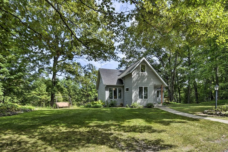 Updated Home w/Deck, 2 Mi to Sister Bay Beach, holiday rental in Gills Rock