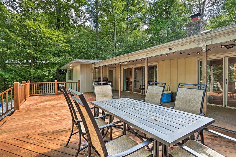 Lakefront Poconos House w/ Deck+Beach Access!, vacation rental in Thornhurst