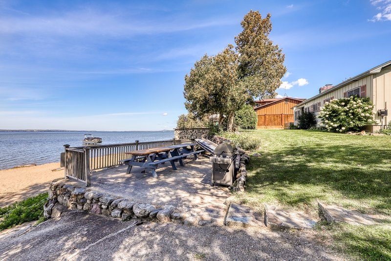 Quaint lakefront home w/ a large yard, sandy shores, only minutes to town!, vacation rental in Williston