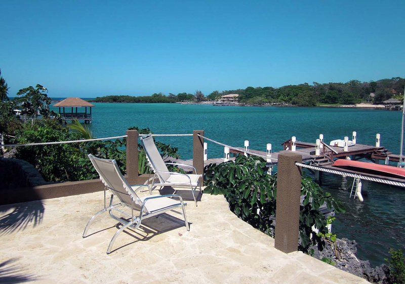 Luxury Waterfront Condo in West End, vacation rental in West End