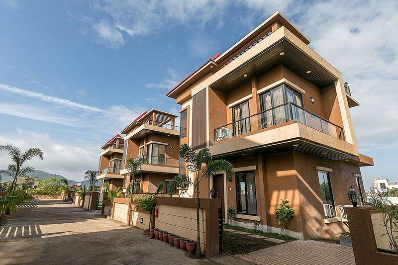 Beverly Hills villa by Vista Rooms, location de vacances à Khalapur