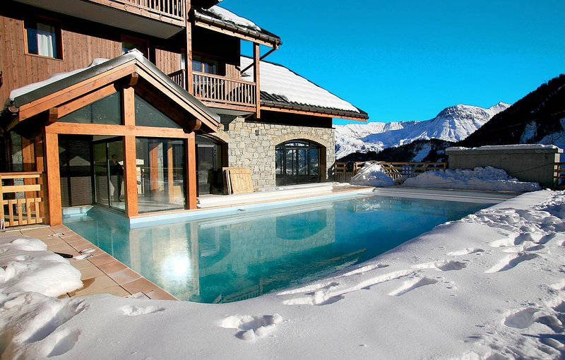 Relájese en la piscina climatizada al aire libre después de un gran día.