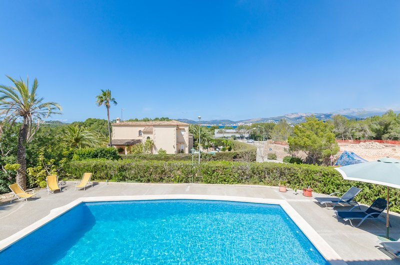 Villa Es Port Santa Ponça, villa with shared pool and city views, near the beach, vacation rental in Sol de Mallorca