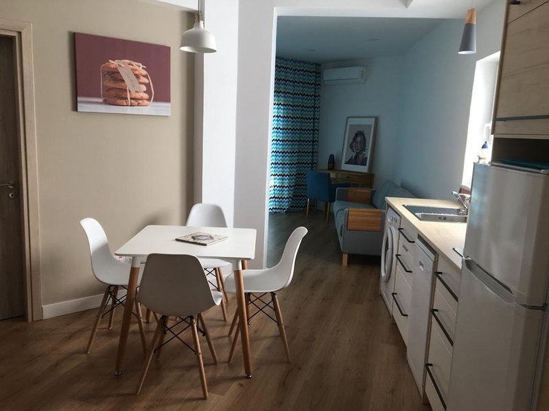 4Seasons 2 BR new Apart, next to the beach, WiFi, sea view., holiday rental in Finikaria