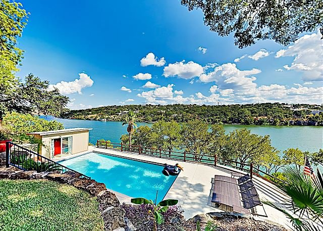 New Listing! Mid-Century Modern Lake House w/ Private Pool & Boat Dock, location de vacances à Marble Falls