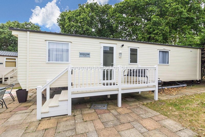 Spacious 6 berth caravan for hire with decking at Haven Hopton  ref 80012CC, vacation rental in Hopton on Sea