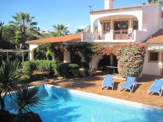 Ortsnahe Poolvilla mit traumhaftem Garten, casa vacanza a Espiche