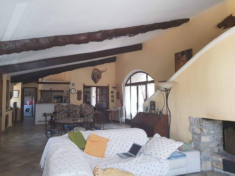 Spacious villa with swimming-pool, aluguéis de temporada em Logrian-Florian