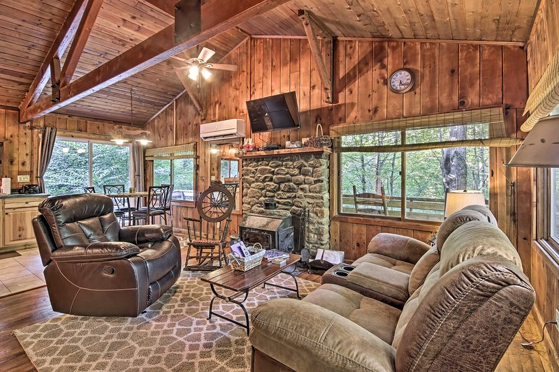 Secluded Stanardsville Cabin w/ 10 Acres & Hot Tub, holiday rental in Stanardsville