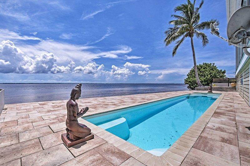 Nade en la piscina climatizada sola en la costa.