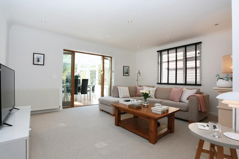 BOURNECOAST: LARGE FAMILY HOME WITH CONSERVATORY & GARDEN NEAR BEACHES - HB6252, holiday rental in Bournemouth