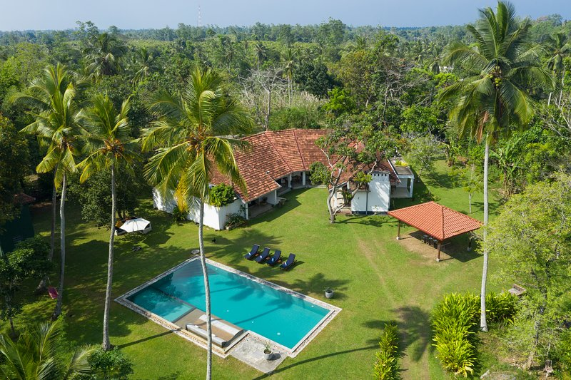 Villa Ronnaduwa - Colonial Luxury Villa with 45ft pool on private plantation, casa vacanza a Hikkaduwa