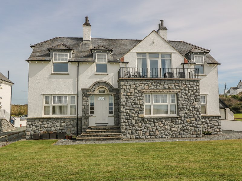 ANCHORAGE HOUSE, family friendly, luxury holiday cottage, with spa pool in, vacation rental in Trearddur Bay