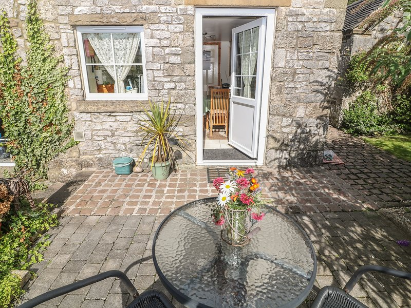 RAMBLERS' REST, romantic, country holiday cottage, with a garden in, holiday rental in Carsington