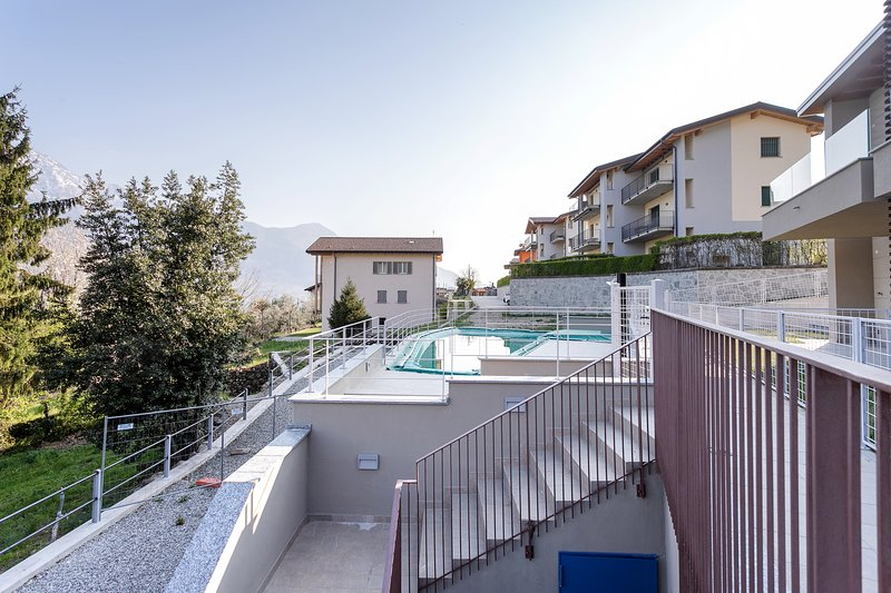 Modern apartment overlooking the lake/mountains w/ shared pool!, holiday rental in Dascio