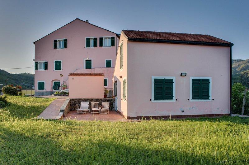 Charming getaway near town w/ modern updates & beautiful views!, location de vacances à Sassello