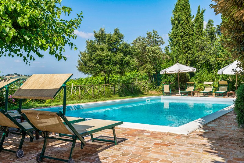 Lovely apartment in the countryside with shared pool and terrace!, holiday rental in Falconara Marittima