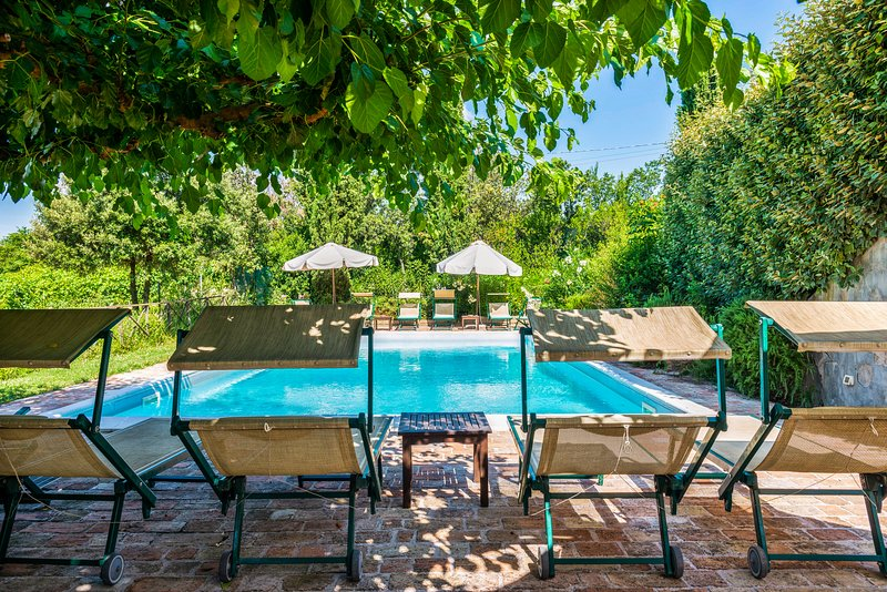 Light-filled country apartment with shared pool and terrace!, holiday rental in Falconara Marittima