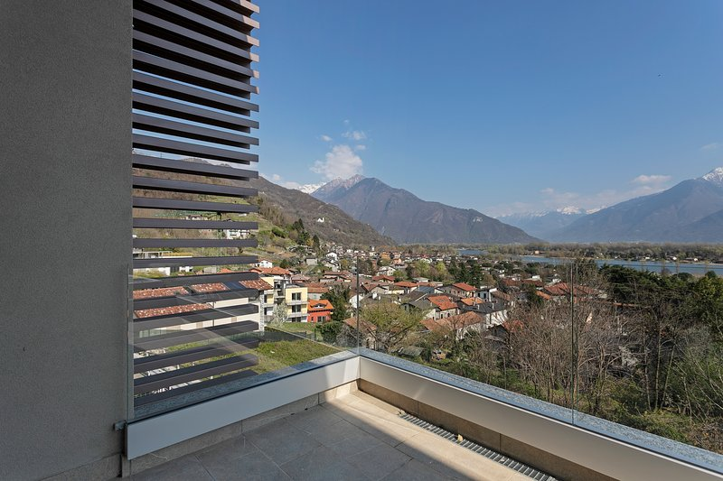 Modern apartment w/ balcony overlooking Lake Como & the mountains!, holiday rental in Dascio