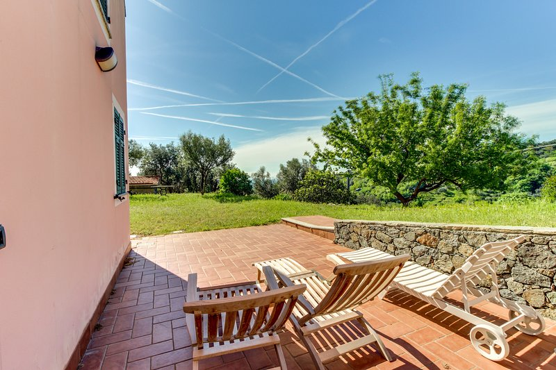 Classic Italian flat w/ large open-air patio - walking distance to the beach!, location de vacances à Sassello
