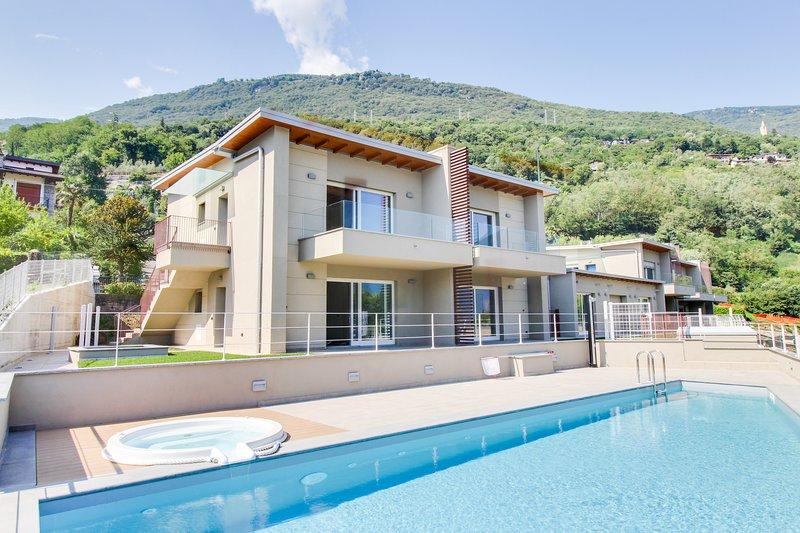 Gera Lario apartment w/ garden patio, shared pool & amazing lake/mountain view!, holiday rental in Dascio