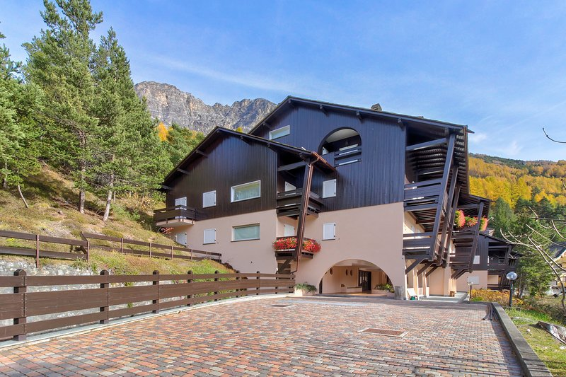 Mountain view apartment w/ patio - minutes to town, skiing & thermal baths!, vacation rental in Trepalle