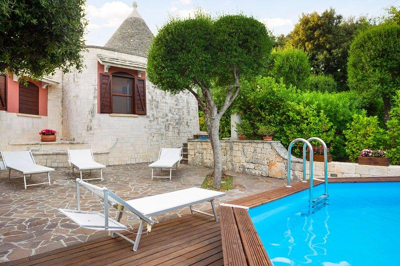 Magnificent villa w/ private pool, terrace, garden & beautiful views!, holiday rental in Putignano
