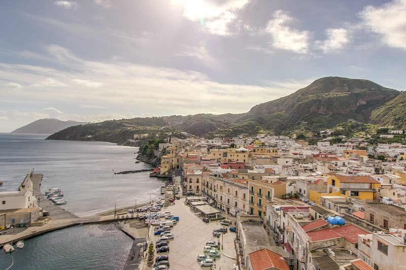 Lovely flat in the heart of Lipari - live the Italian island lifestyle!, holiday rental in Santa Margherita