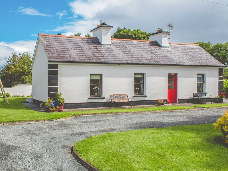 ROCKVIEW HOUSE, single-storey pet-friendly cottage, woodburner, gardens, holiday rental in Cloonacool