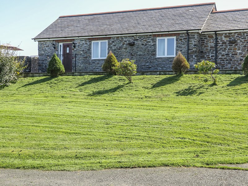 MIDDLE BARN, pet friendly, character holiday cottage, with a garden in, holiday rental in Kennards House