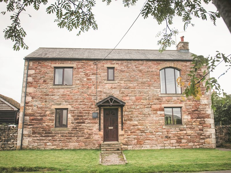 PINFOLD COTTAGE, barn conversion with views, near Kirkby Stephen, Ferienwohnung in Brough