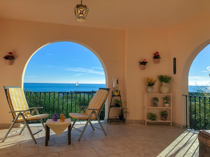Estepona Seafront Apartment, holiday rental in Estepona