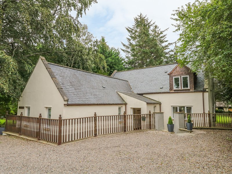 MILTON COTTAGE, en-suite facilities, WiFi, attractive cottage, in Archiestown, vacation rental in Dufftown