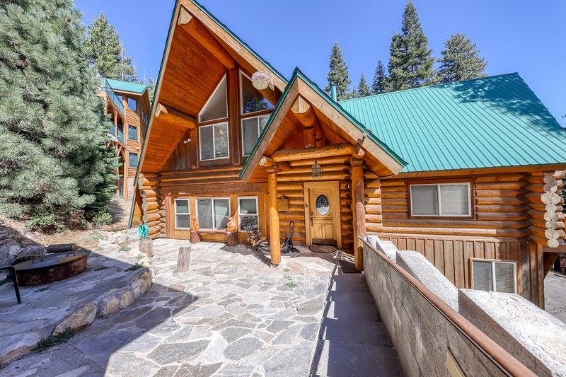 Family-sized cabin with deck, close to Huntington Lake and China Peak!, casa vacanza a Huntington Lake