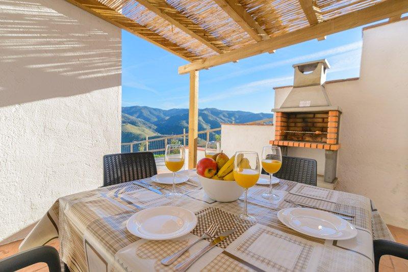 Bonita casa del Poni con vistas impresionantes a 15 minutos del centro de Málaga, holiday rental in Almogia