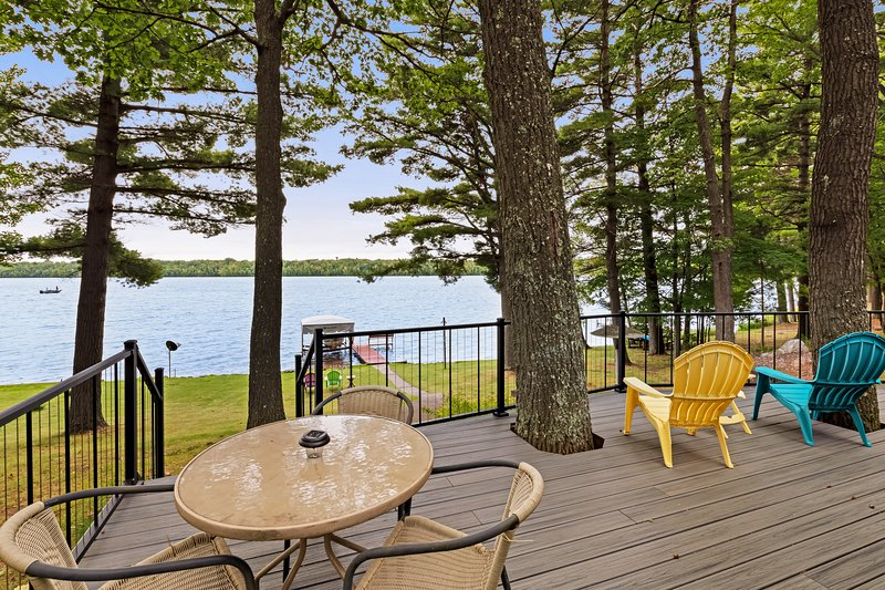 Waterfront home between 2 lakes w/ heated porch, dock & kayaks, vacation rental in Manitowish Waters