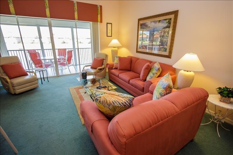 Sala de estar con colores tropicales coralinos