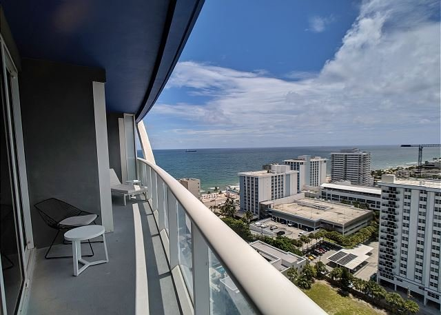 Modern Luxury Beachfront Hotel Large 1 Bedroom Great Views + 2 Balconies 18, vacation rental in Fort Lauderdale