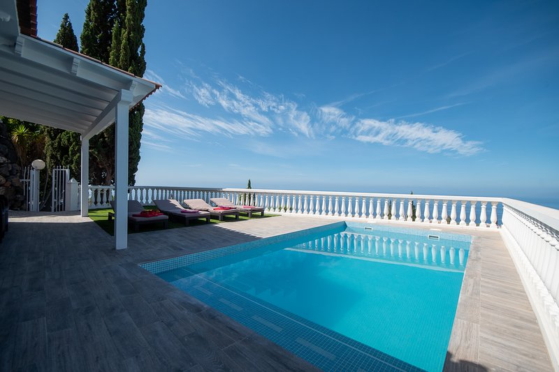 Villa Emperador, Luxury 2 bedroom villa with private heated pool, Adeje, holiday rental in Armenime