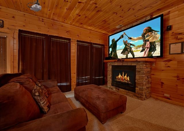 3 King Master Suites, Home Theater with 8 Foot Screen and Standup Arcade Game, vacation rental in Gatlinburg