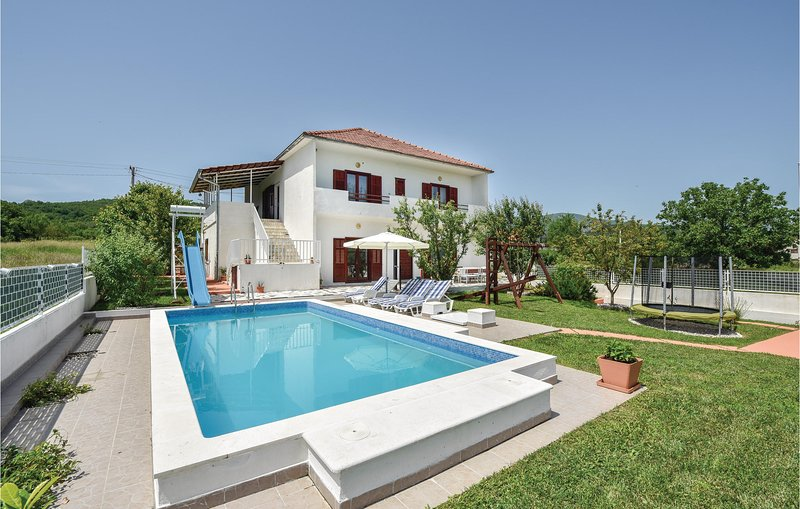 Stunning home in Sinj with WiFi and 3 Bedrooms (CDT956), location de vacances à Sinj