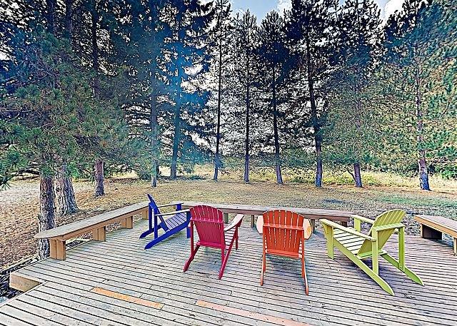 New Listing! Shangri-Lodge: Serene Retreat w/ Backyard & Deck, Near Lake, casa vacanza a Clinton
