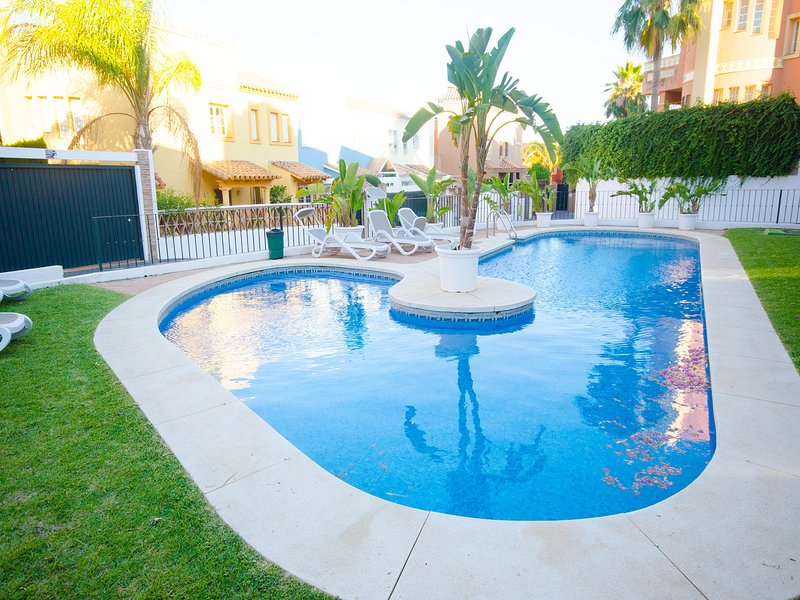 CASA GUADALMINA- House 3 bedrooms first line golf and close to the beach, holiday rental in San Pedro de Alcantara