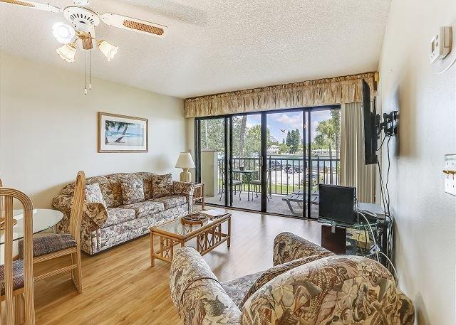 Luminoso, luminoso y confortable salón con vista al agua!