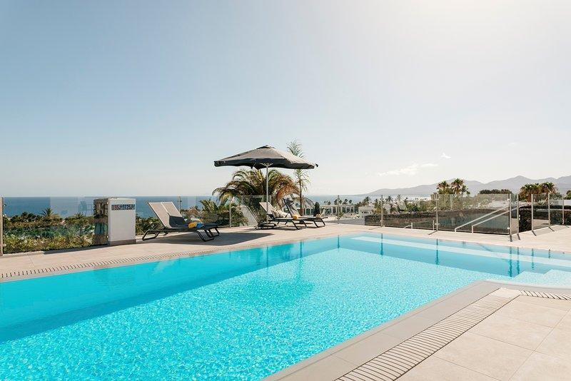 Causel - Luxury Villa with Hot Tub, alquiler de vacaciones en Puerto del Carmen