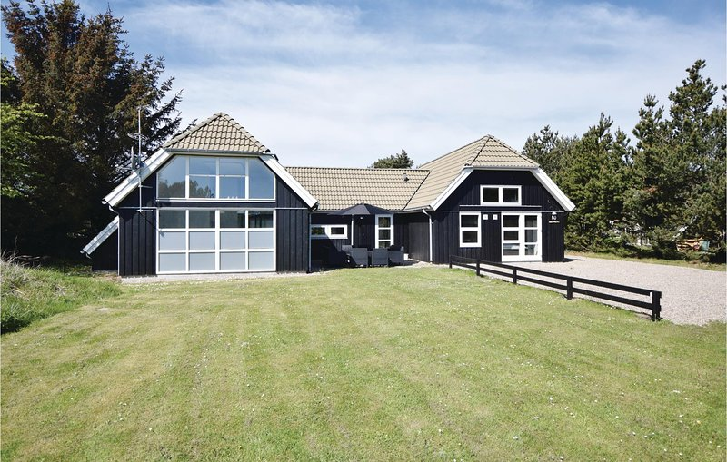 Beautiful home in Blåvand w/ Sauna, WiFi and 4 Bedrooms, holiday rental in Vejers Strand