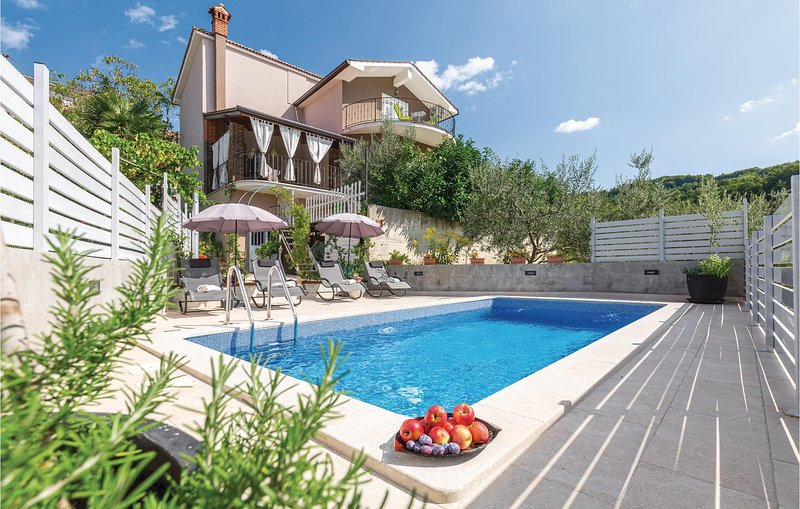 Nice home in Motovun with WiFi and 4 Bedrooms (CIC283), holiday rental in Karojba