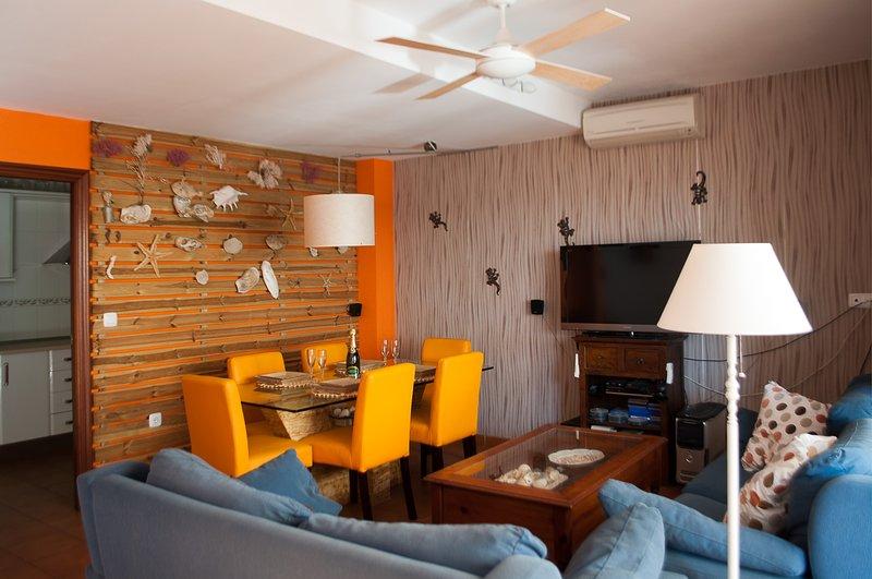 Salon-comedor con aire acondicionado ( frio- calor) y ventilador.