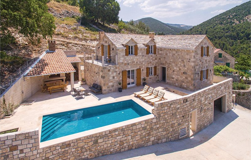 Awesome home in Dol with Outdoor swimming pool, Outdoor swimming pool and 4 Bedr, holiday rental in Dol
