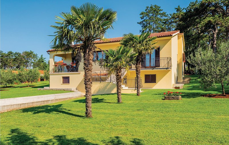 Stunning apartment in Nedescina with WiFi and 3 Bedrooms (CIO243), casa vacanza a Ruzici